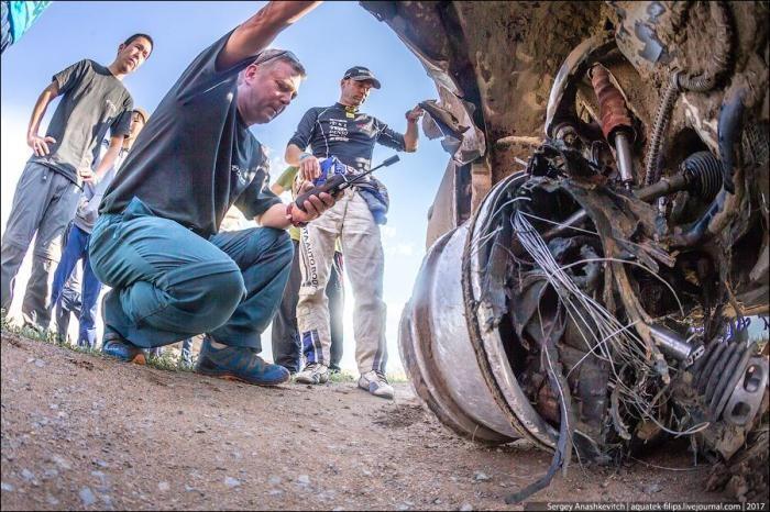 Как выглядит машина, которая проехала 70 км на трех колесах (12 фото)