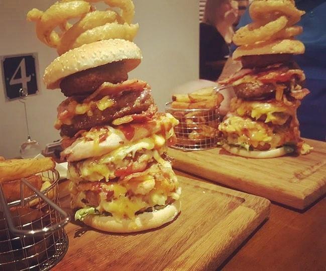 Британский паб разозлил клиентов, предложив бесплатную еду (6 фото)