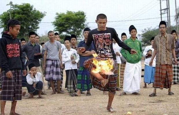 Индонезийские школьники играют в огненный футбол (8 фото)