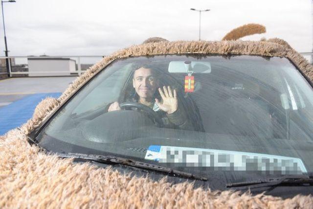 Британец превратил свою машину в плюшевую собаку (7 фото)