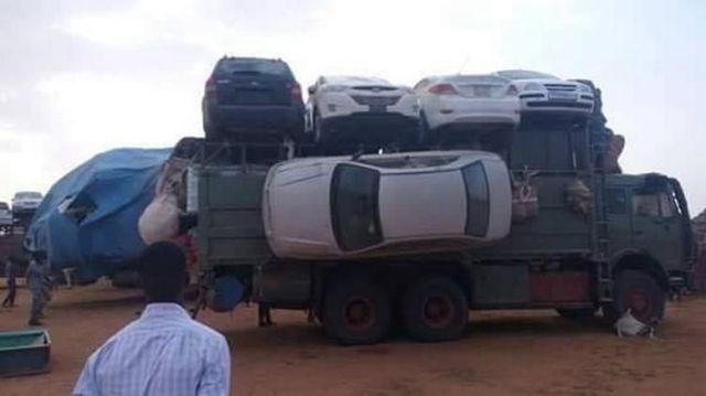 Как перевозят легковые автомобили через пустыни Судана (3 фото)