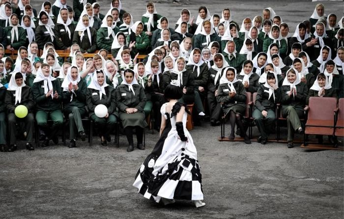 Мода строгого режима (34 фото)