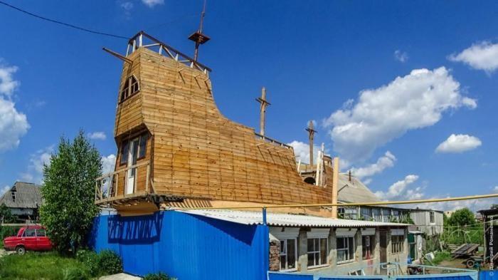 Модель галеона на дачном участке (8 фото)