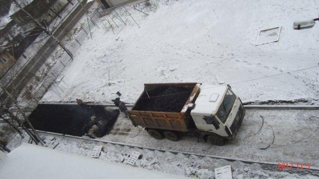 В Кировской области новый асфальт положили прямо на снег (2 фото)
