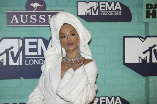 В банном халате на церемонии MTV Europe Music Awards-2017 (7 фото)