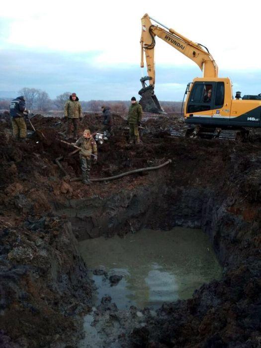 В Приморье из болота подняли части бомбардировщика Пе-2 (16 фото)