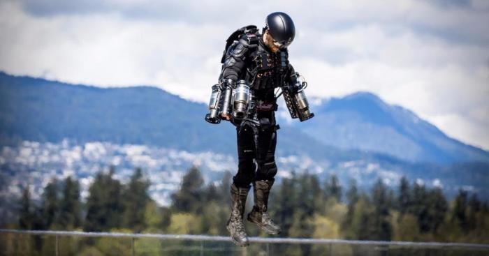 Конструктор из Великобритании создал костюм, позволяющий летать (4 фото)