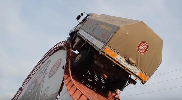 Уникальный трюк на грузовике Tatra (5 фото + 2 видео)