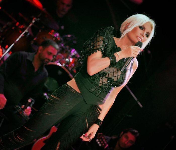 Турецкая певица и актриса, которая удивит вас своим возрастом (14 фото)