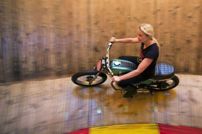 Девушки на мотоциклах колесят по стене смерти (5 фото)