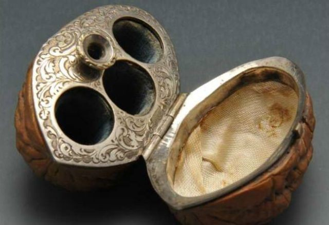 Крохотная шкатулка в скорлупе грецкого ореха (4 фото)