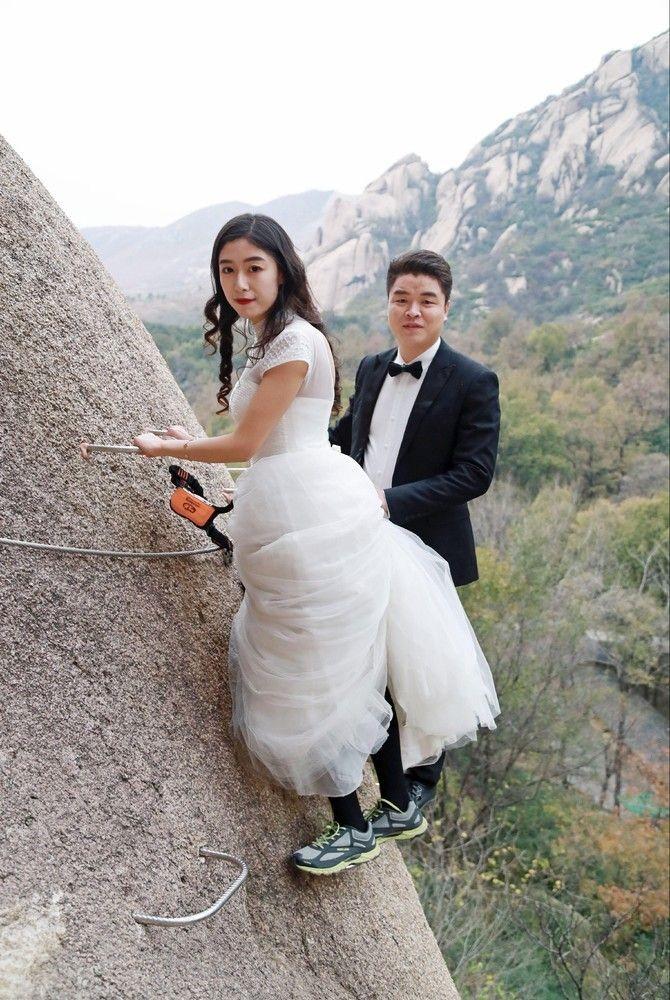 Китайские новобрачные сыграли свадьбу на отвесе скалы (7 фото)