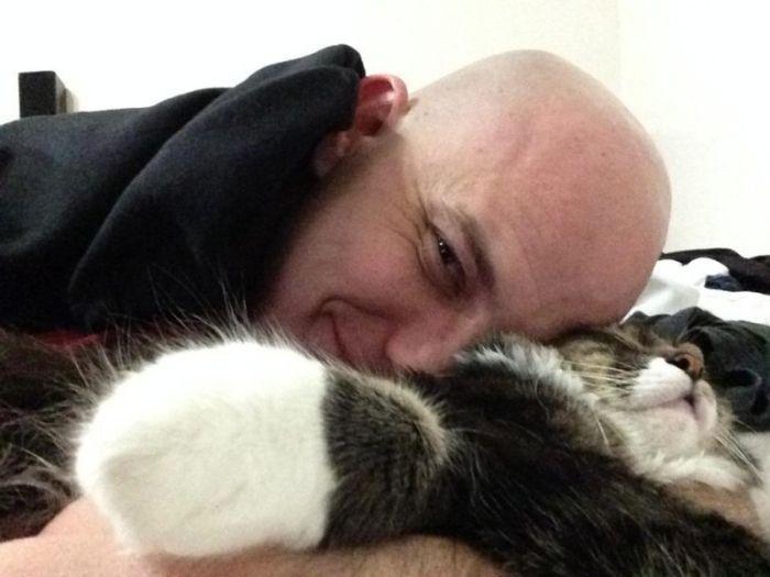 Сложный выбор между любимой девушкой и кошкой (3 фото)