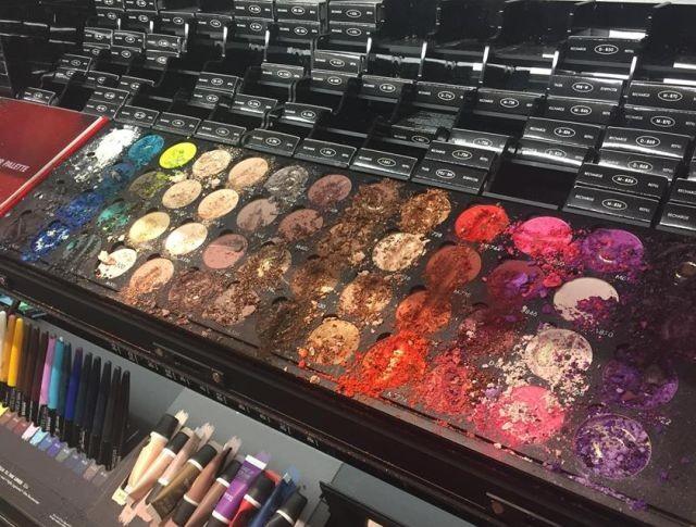 Девочка причинила магазину косметики ущерб на 1300 долларов (2 фото)