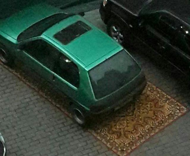 Необычный способ закрепить за собой парковочное место (2 фото)