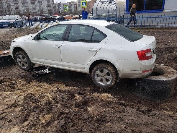 """""""Памятник"""" любителю парковаться на газоне (2 фото)"""