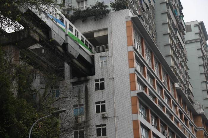 Поезд проходит через центр 19-этажного жилого дома в Китае (9 фото)