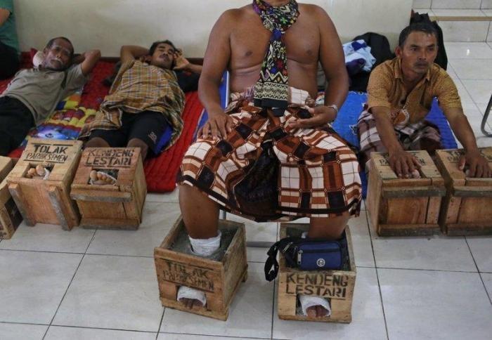 Индонезийские фермеры зацементировали себе ноги (6 фото)