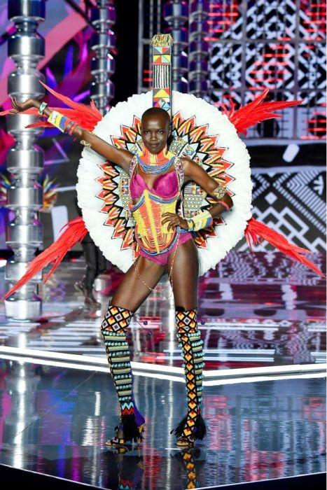 Показ новой коллекции нижнего белья Victoria`s Secret 2017 (35 фото)