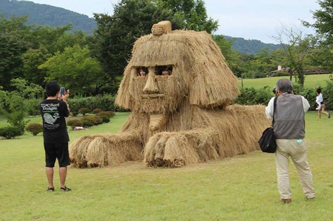 Потрясающие скульптуры из соломы на фестивале в Японии (19 фото)