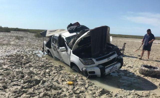 Рыбаки провели пять дней в машине, спасаясь от крокодилов (5 фото)