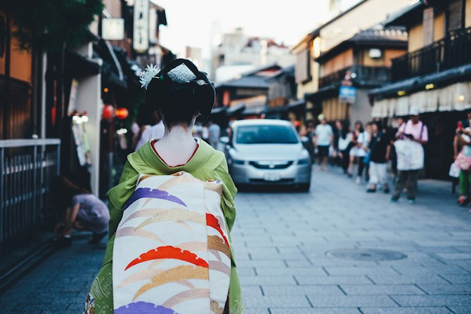 Японский колорит в уличных фотографиях Такаши Ясуи (12 фото)