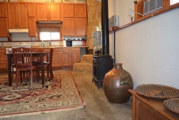 Бывшую подземную ракетную базу превратили в роскошный дом и сдают на Airbnb (13 фото)
