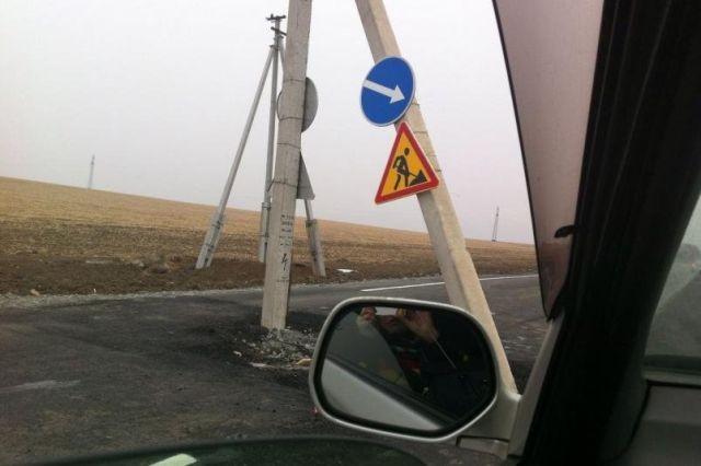 В Приморье столб заасфальтировали в дорогу (2 фото)