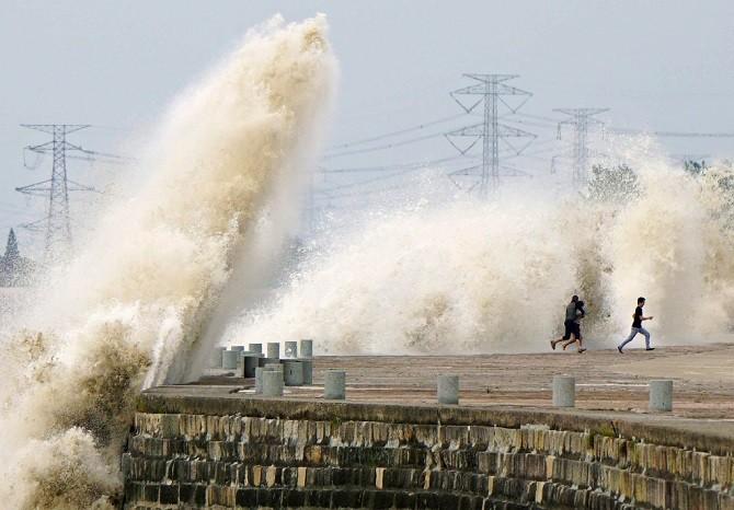 Экстремалы против приливной волны (25 фото)