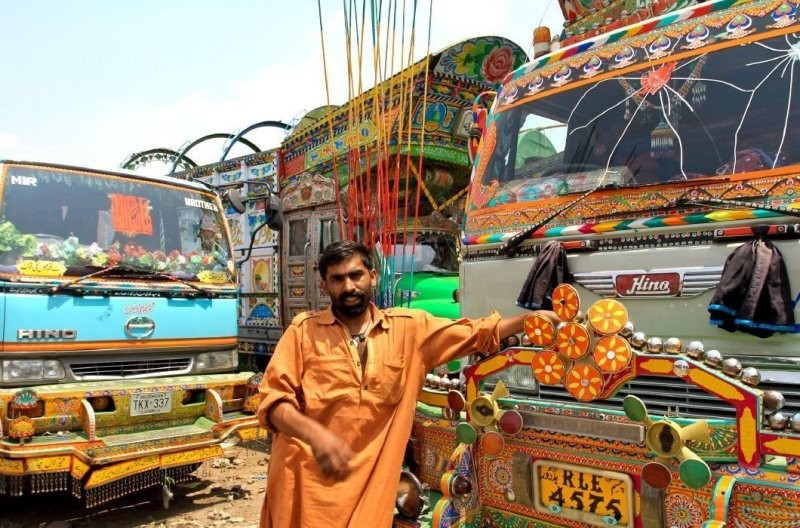 Шедевры на колесах. Красочные пакистанские грузовики(14 фото)