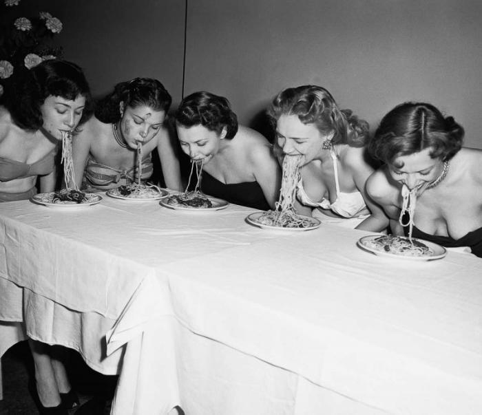 Конкурсы по скоростному поеданию пищи 1915-1987 годов (23 фото)
