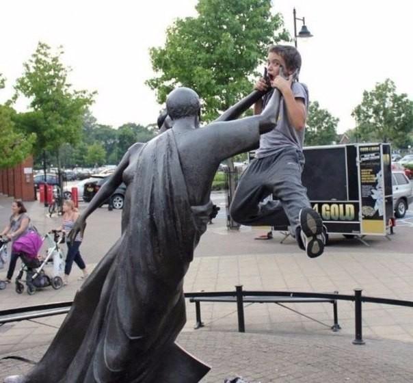 Дети, которые точно знают, как фотографироваться с памятниками (10 фото)