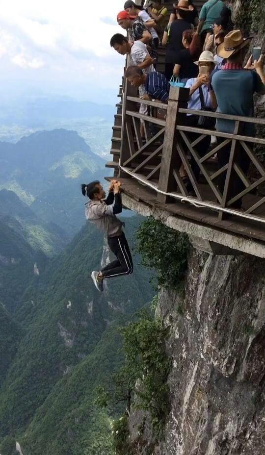 Китайский руфер сорвался с небоскреба во время выполнения трюка (13 фото)