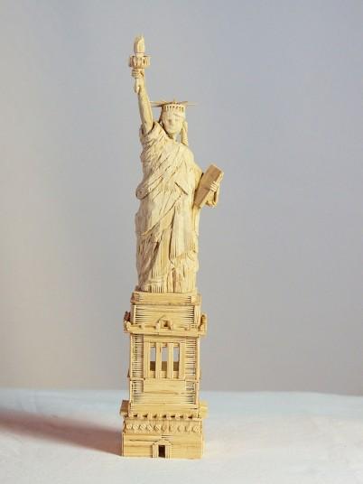 Удивительные скульптуры из зубочисток (17 фото)