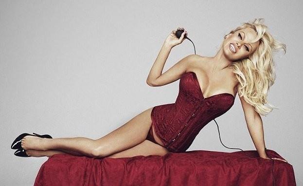 50-летняя Памела Андерсон рекламирует нижнее белье (11 фото)