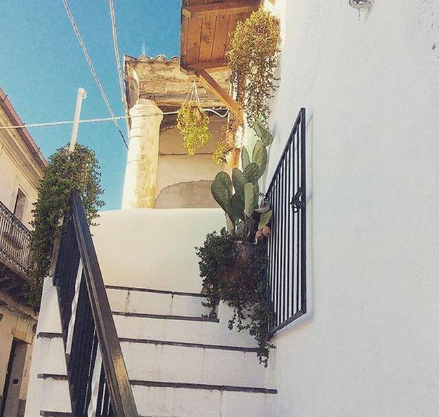 В итальянском городе Круколи раздают старые двухэтажные дома (14 фото)