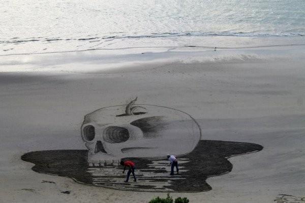 Объемные рисунки на песке (31 фото)