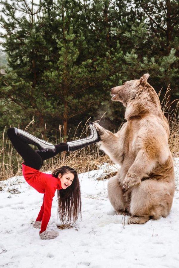 Фотосессия гимнастки Стефани Миллингер с медведем Стефаном (5 фото)