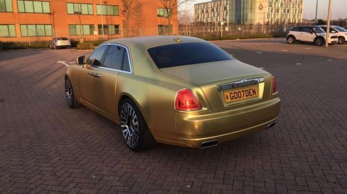 В Британии продают золотой Rolls-Royce за 15 биткоинов (12 фото)