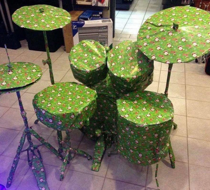 Рождественские подарки, упакованные самым смешным образом (20 фото)