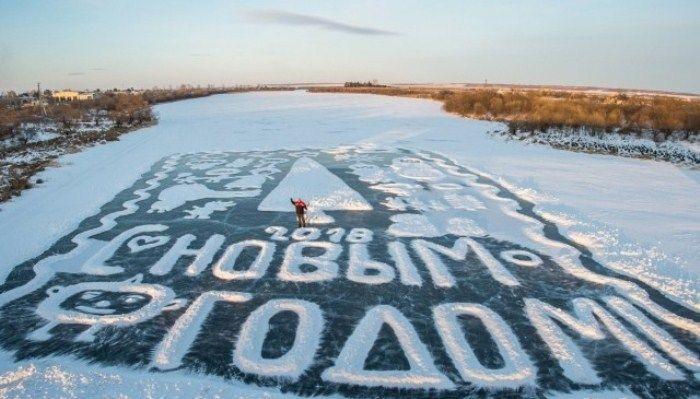 Потрясающие новогодние открытки на льду от амурского пенсионера (8 фото)