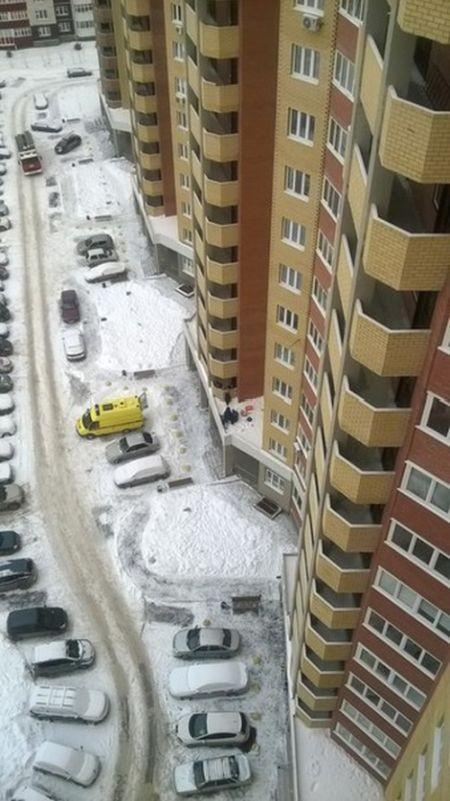 Тюменец выпал с 10-го этажа и отсудил у застройщика более полумиллиона (2 фото)