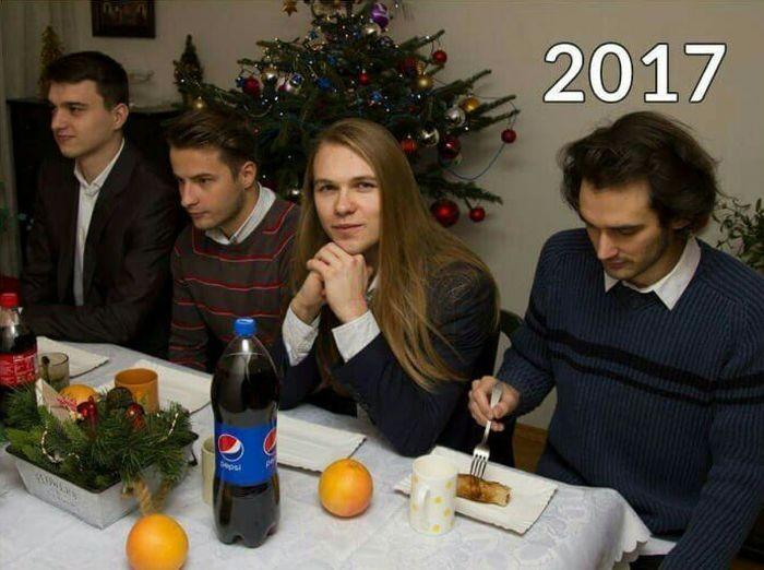Компания друзей делают фото каждый год (5 фото)