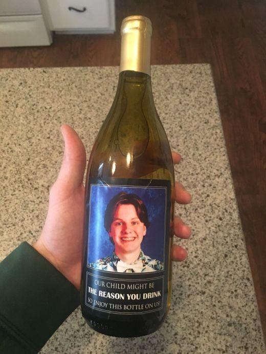 Родители подарили учителям своего сына бутылки вина с его фотографией (2 фото)
