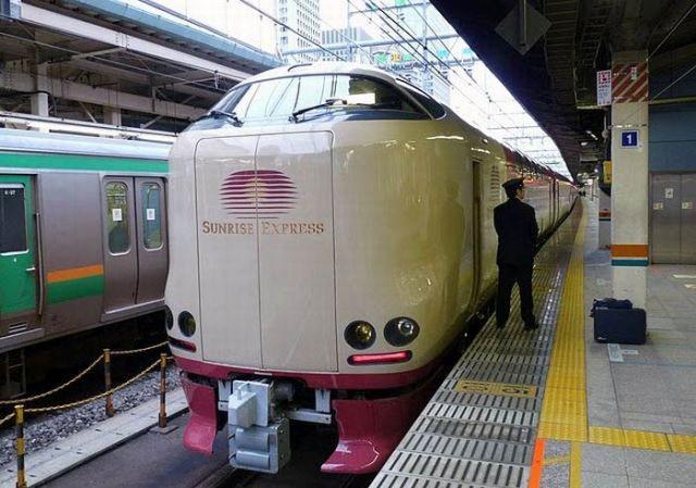 Как путешествуют пассажиры японских ночных поездов (10 фото)