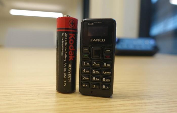 Миниатюрный мобильный телефон размером с батарейку (4 фото)