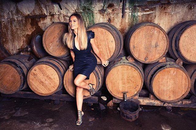 Лицо бренда шампанского оказалось порнозвездой Кларой Морган (4 фото)