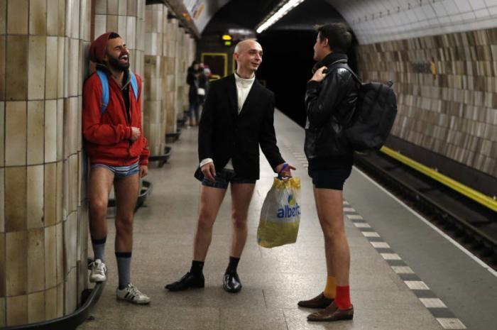 Тысячи людей по всему миру спустились в метро без штанов (30 фото)