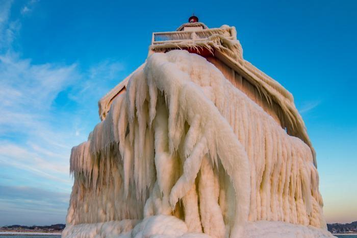 Ледяные маяки озера Мичиган (10 фото)