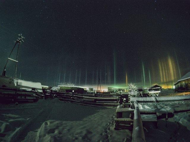Световые столбы – редкое атмосферное явление (14 фото)